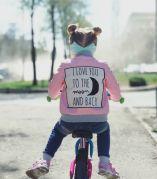Кожаная куртка для девочки с аппликацией на спине (розовый)